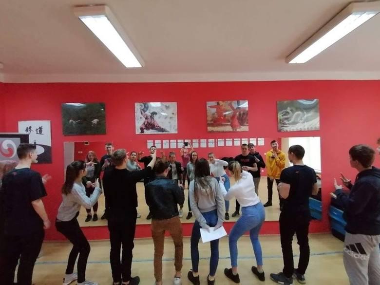 """Grupa Teatralna """"Ironia"""", działająca w Zespole Szkół im. Jana Pawła II w Kościelcu (gm. Pakość) wykorzystuje okres ferii na pracę nad"""