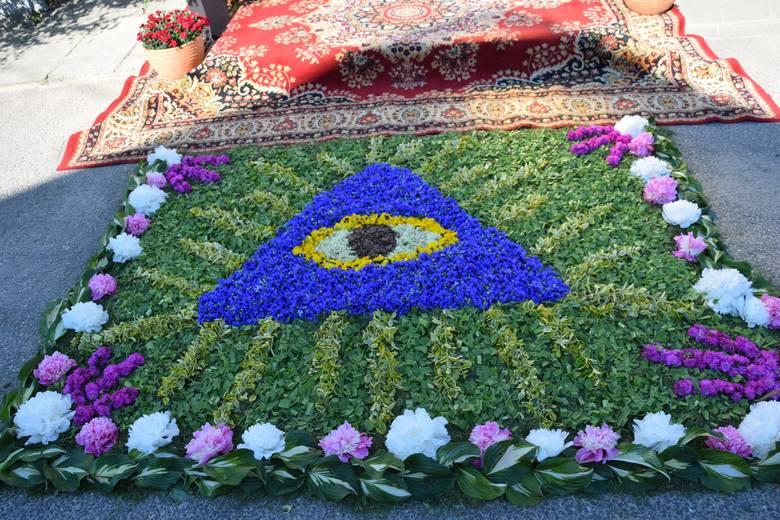 Ułożyli kilometry kwiatowych dywanów [ZDJĘCIA]