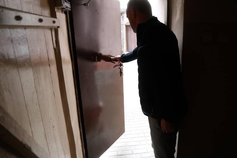 Brama w kamienicy blisko ratusza w Rzeszowie szczelnie zamknięta. Konflikt szeroko otwarty