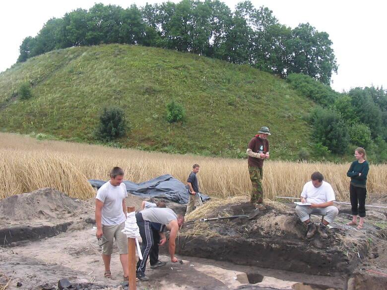 Archeolodzy przy pracy, a za nimi góra Świętego Wawrzyńca, czyli wał grodu w Kałdusie.