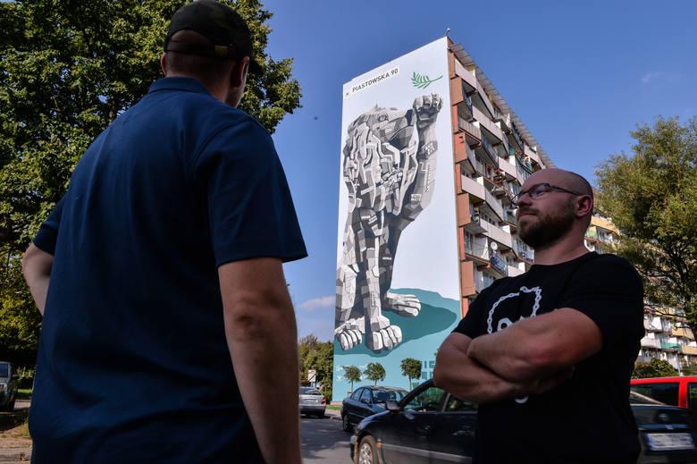 Marcin Budziński (po prawej) przed jednym ze swoich murali