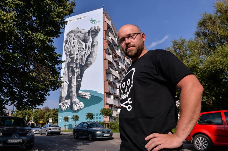 Marcin Budziński przed jednym ze swoich murali