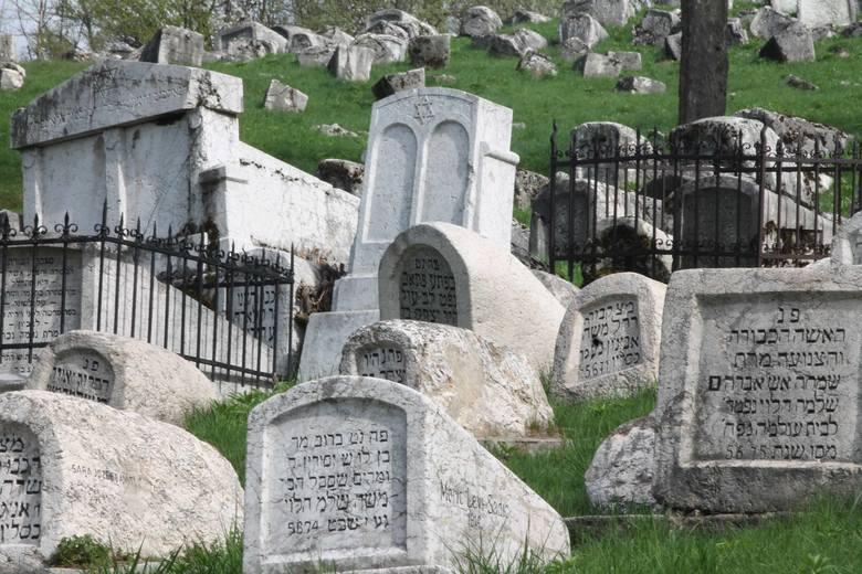 Cmentarz żydowski w Sarajewie, jeden z najstarszych w Europie. Stąd być może strzelał serbski snajper, który w kwietniu 1992 roku zastrzelił jedną z pierwszych ofiar oblężenia.
