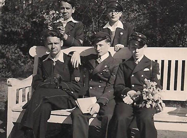 Wśród szkolnych kolegów - pierwszy z lewej stoi mój brat Czesław,  na ławce siedzi (też z lewej) - Henryk. Zostali rozstrzelani razem z ojcem