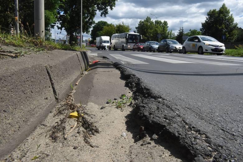 Nierówne chodniki, stary asfalt. Tak obecnie wygląda ulica Zjednoczenia w Zielonej Górze. Miasto chce ją wyremontować.