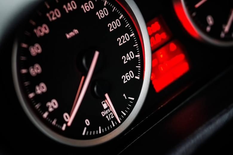 FAKTNajbardziej śmiercionośną przyczyną wypadków drogowych, pozostaje, niezmiennie od lat, niedostosowanie prędkości do warunków ruchu.To właśnie z tej