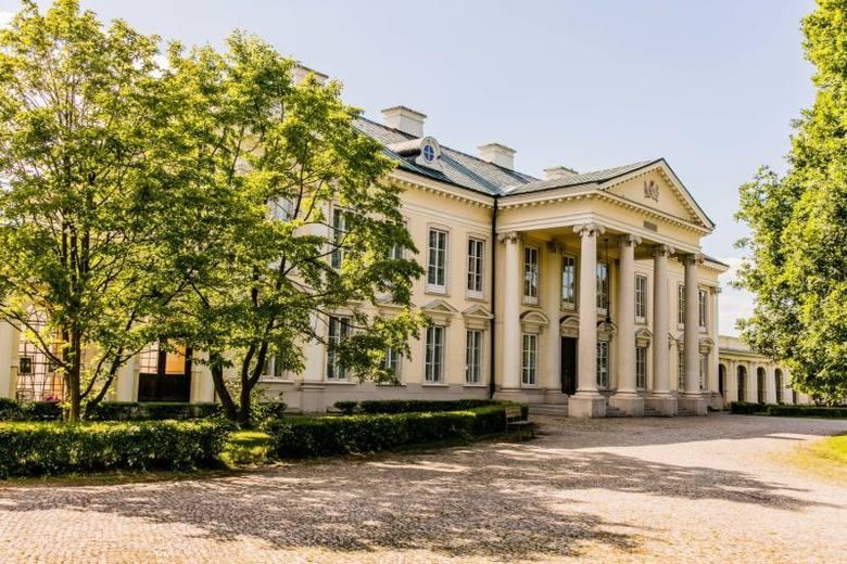 Walewice to historyczne miejsce z XVIII-wiecznym pałacem Marii Walewskiej oraz największą w Polsce stadniną koni rasy półkrwi angloarabskiej z doskonałym