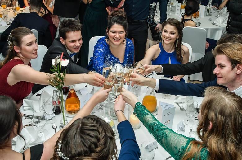 Uczniowie VIII LO w Bydgoszczy bawili się na studniówce w hotelu City. Zobaczcie zdjęcia z balu.