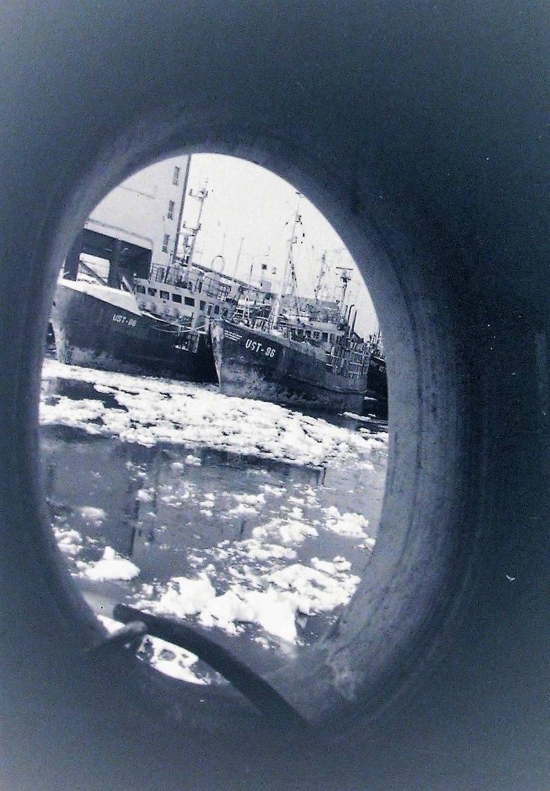 Skute lodem kutry i port rybacki w Ustce.
