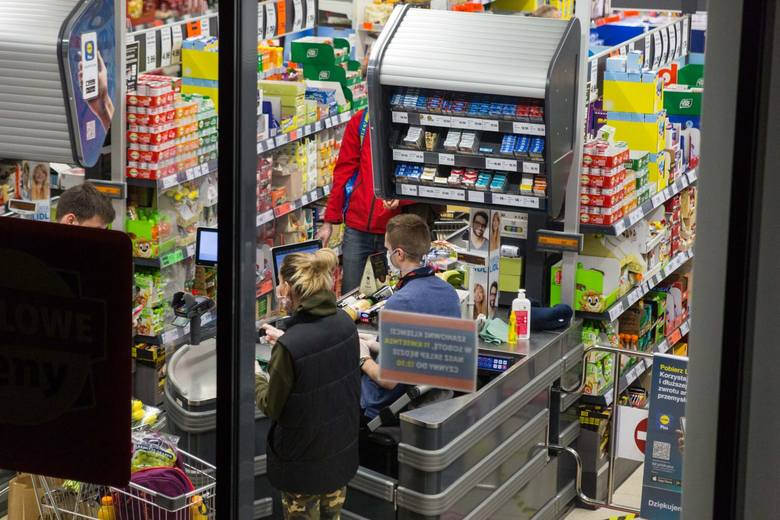 Limit dla sklepów o powierzchni do 100 m2 wynosi 5 osób na kasę, dla sklepów powyżej 100 m2 - 1 osoba na 15 m2. Dodatkowo od 15 października obowiązują