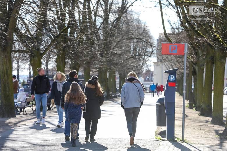 Koronawirus w Szczecinie. Jak wygląda sytuacja w mieście? Szczecinianie spacerują na Wałach Chrobrego i Jasnych Błoniach