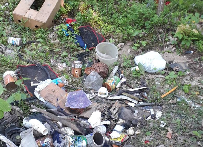 Śmieci w lesie. Jak tak można?! Ktoś wyrzucił śmieci do lasu w gminie Rzekuń! Zdjęcia od naszej Czytelniczki