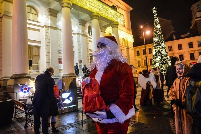 Pod lubelskim ratuszem rozbłysła świąteczna choinka (ZDJĘCIA, WIDEO)