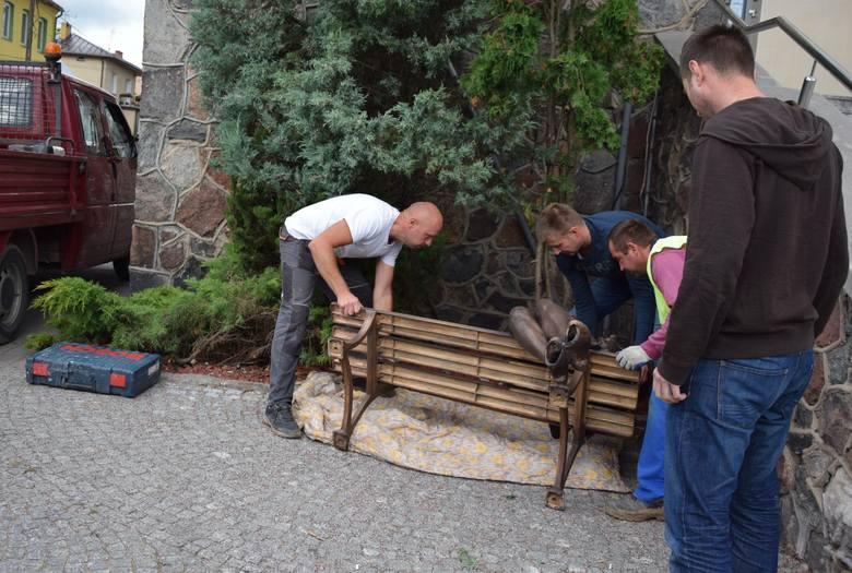 W czwartek ławeczka Beaty została zamontowana obok schodów wejściowych do restauracji Albatros w Augustowie