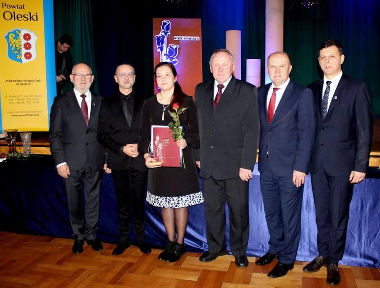 Katarzyna Pawlaczyk, Zdzisław Spodzieja i Korneliusz Wiatr zostali odznaczeni Różami Powiatu. Róże Powiatu to nagrody starosty oleskiego za osiągnięcia