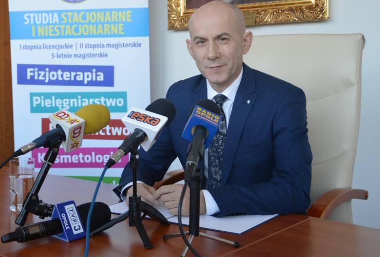 Rektor PMWSZ dr hab. Tomasz Halski podczas konferencji prasowej.
