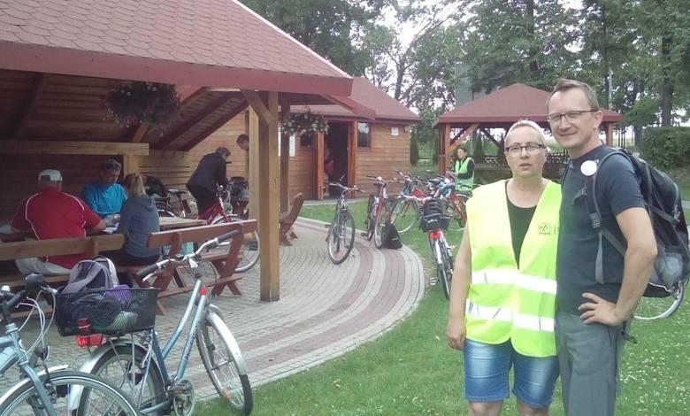 Na rajd rowerowy po gminie Radków wybrała się również rzecznik burmistrza Włoszczowy Iwona Boratyn; na zdjęciu z przewodnikiem turystycznym Michałem