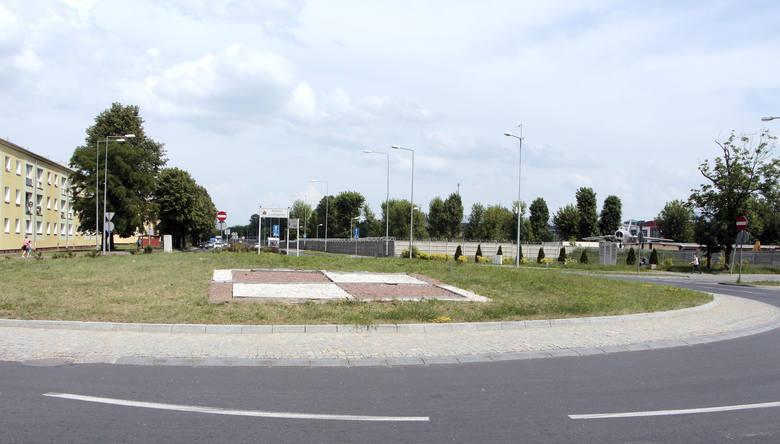 """Rondo Lotników powstało nieopodal miejsca, w którym przed wojną było zlokalizowane lotnisko oraz wojskowe szkoły lotnicze. Przypominają o tym lotnicza """"szachownica"""" oraz stojący obok skrzyżowania odnowiony odrzutowiec Lim-2."""