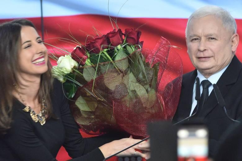Wybory parlamentarne 2019. Wyniki: Relacja ze sztabu PiS ZDJĘCIA Jarosław Kaczyński: Zdołaliśmy wygrać mimo potężnego frontu przeciwko nam
