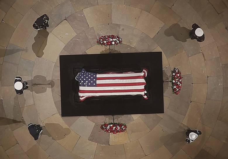 Pogrzeb George'a Busha seniora [ZDJĘCIA] Uroczystości żałobne 6.12 po śmierci 41. prezydenta USA. Kiedy zostanie pochowany George Bush?