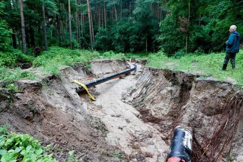 Ulewa, która przeszła kilka dni temu w okolicy Gorzowa, wymyła ziemię i odsłoniła m.in. rury z gazem.