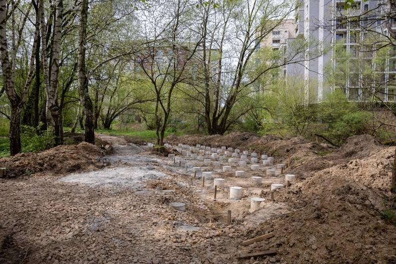 Społecznikom nie podobają się betonowe wylewki w parku