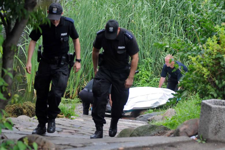 Policjanci pod nadzorem prokuratury wyjaśniają okoliczności śmierci 27-letniego mężczyzny, który utonął kąpiąc się w jeziorze w Osieku nad Wisłą.O szczegółach