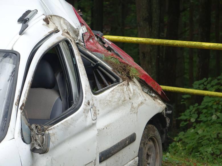 Do wypadku doszło na ulicy Słupskiej pomiędzy Koszalinem, a Sianowem. Kierowca citroena z niewyjaśnionych przyczyn zjechał z drogi. Dwie osoby zostały