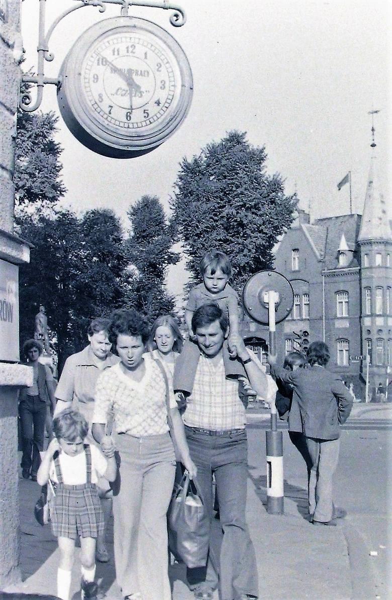 Nasz punkt obserwacyjny pod zegarem na rogu al. Wojska Polskiego i Sienkiewicza w sierpniu 1978 roku