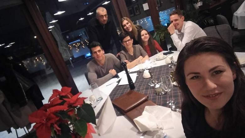 Rodzina Adamowiczów. Od lewej: Filip, Marek, Beata, Julia i Weronika Adamowicz, Jacek Łukomski (chłopak Pauliny) i Paulina Adamowicz