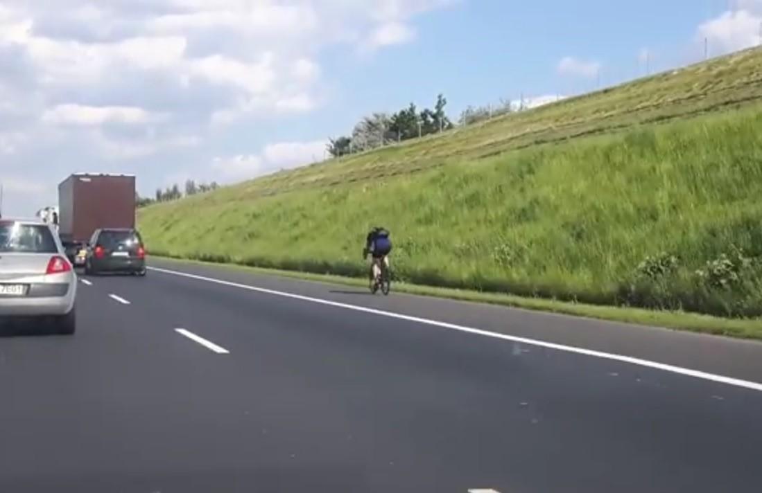 Pozna rowerzysta na a2 kierowca nagra film chwil for Ta 2s 0138