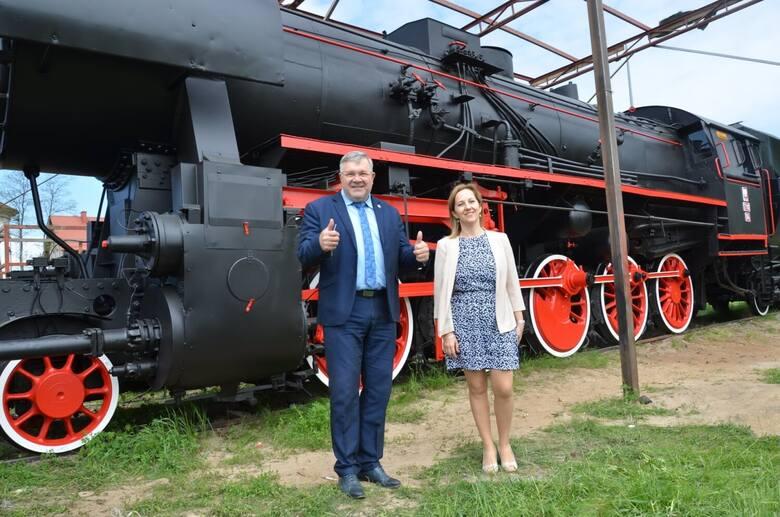 Pięknie odnowiona zabytkowa lokomotywa wróciła na dworzec w Kartuzach
