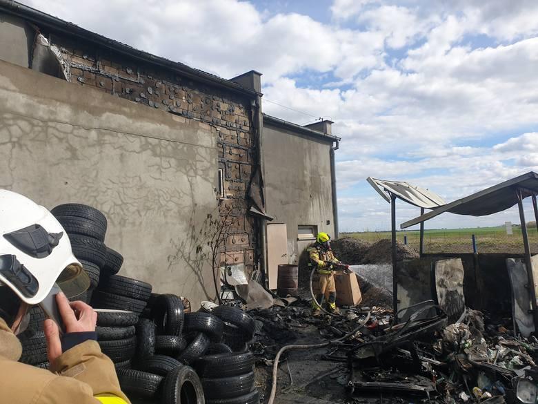 Pożar zakładu motoryzacyjnego w miejscowości Topole w powiecie chojnickim. Z ogniem walczyło 10 zastępów straży pożarnej.