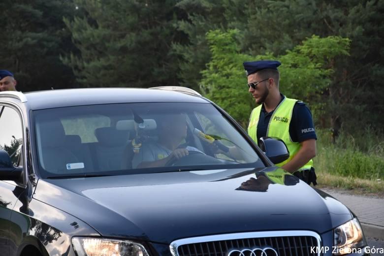 """Zielonogórscy policjanci prowadzą na terenie powiatu działania pod nazwą """"Alkohol i narkotyki"""". Wczoraj zorganizowali w kilku różnych punktach kontrole"""