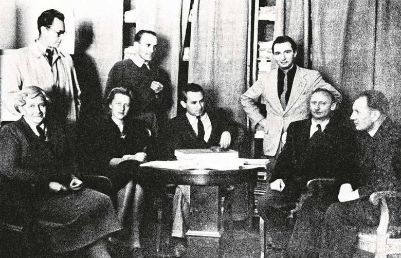 """Zespół """"TP"""" (1953 r.) - siedzą od lewej: Zofia Starowieyska-Morstinowa, Józefa Golmont (Hennelowa), Jerzy Turowicz, Stefan Kisielewski, ks. Andrzej Bardecki. Stoją: Tadeusz Chrzanowski, Jan Józef Szczepański, Leopold Tyrmand"""