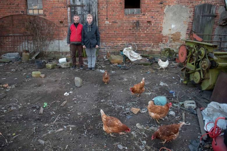 Tomasz i Patryk Chudzińscy przed budynkiem gospodarczym, który chcą wyremontować i urządzić tutaj nowy dom