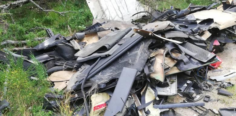 Straż Leśna z Nadleśnictwa Polanów pilnie szuka sprawców, którzy w nocy z czwartku na piątek wyrzucili w lesie odpady z warsztatu samochodowego.Obraz