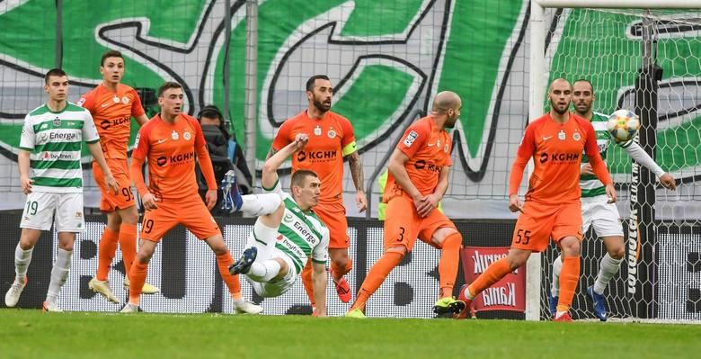 Obrońca Zagłębia wyglądał jakby wrócił na boisko po dziesięcioletniej przerwie. Nie wyglądał po prostu jak piłkarz.