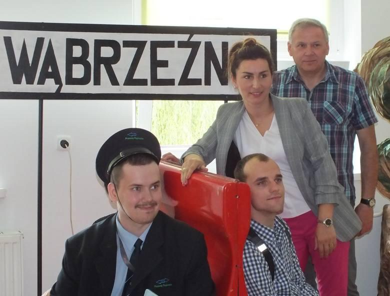 """Jeszcze do 6 czerwca oglądać możemy wystawę """"Jedzie pociąg z daleka"""", na której zebrano prace Bartka Pastuszaka, mieszkańca wsi Łopatki,"""
