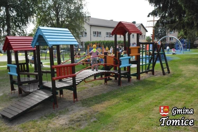 Uroczyste otwarcie placu zabaw, dzieci od rozu pobiegły na huśtawki i do piaskownic