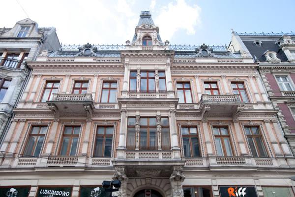 Ozdobą fasady jest wykusz wsparty na atlantach, pilastry, balkony tralkowe i dach mansardowy