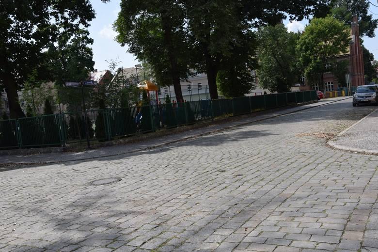 Ul. Dąbrowskiego w Nowej Soli jest w lanie do przebudowy, jednak kostka ma być tylko przełożona.