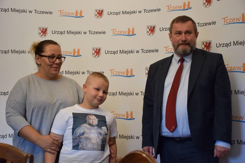 Tczew. 10-letni Marcel z Tczewa odebrał nagrodę za uczciwe zachowanie. Znalazł na ulicy pieniądze i zaniósł na policję