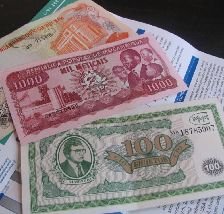 Takie bezwartościowe banknoty z Mozambiku i Wietnamu dostała gorzowianka od pana, który obiecywał jej, że to nagroda z Unii Europejskiej. Zapłaciła mu