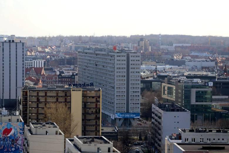 Widoki z ostatnich pięter wieżowca przy Korfantego 65