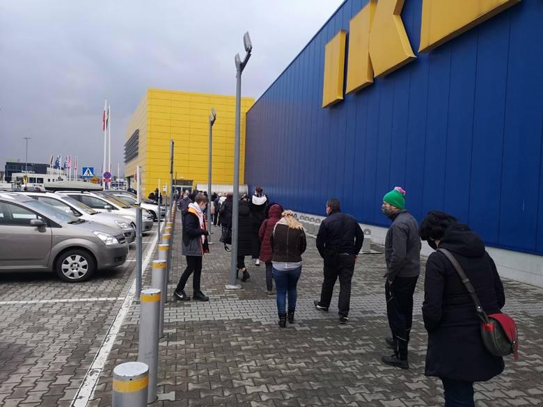 Kraków. Po otwarciu sklepów w sobotę tłumy pod IKEĄ