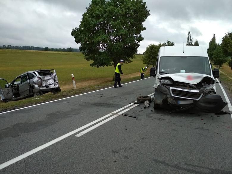 """Do wypadku doszło w czwartek, 12 lipca, ok. godz. 15.40 na """"trasie śmierci"""" koło Nowogrodu Bobrzańskiego. Wiadomo, że zderzyły się dwa samochody osobowe"""