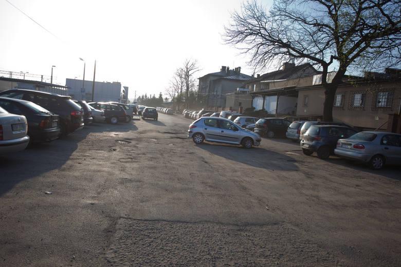 Brakuje miejsc parkingowych obok dworca PKP w Brzesku, kierowcy oczekują nowego parkingu