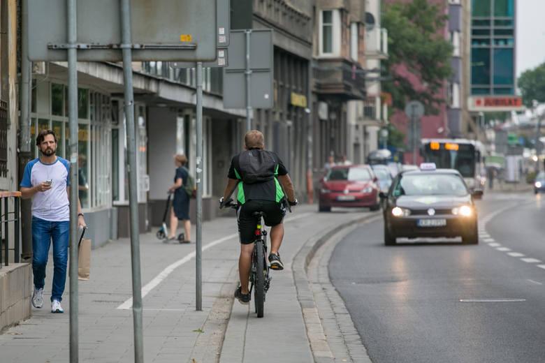 Kierowcy, którzy nie patrzą w lusterko przy wysiadaniu z samochodu, to prawdziwe utrapienie rowerzystów. Kierowco, pamiętaj! Rowerzysta jest niechronionym uczestnikiem ruchu drogowego, w starciu z samochodem nie ma najmniejszych szans.