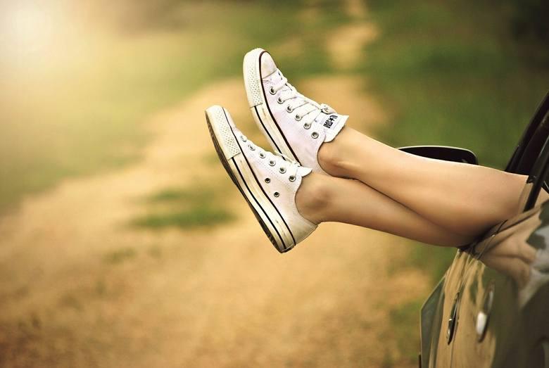 Pajączki naczyniowe na nogach to częsty objaw zaburzeń krążenia żylnego, którym sprzyja m.in. nadmierne obciążenie nóg. By je ograniczać, warto jak najczęściej